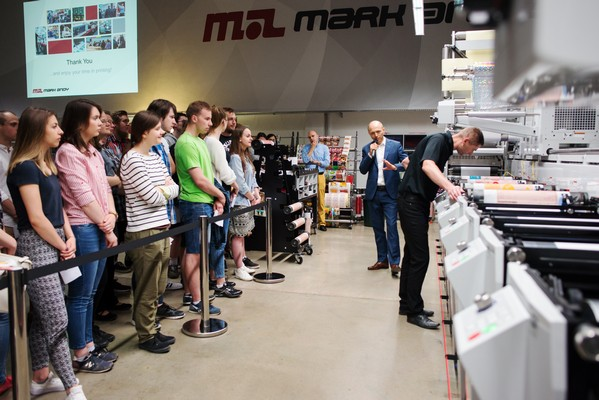 students watch live demo of mark andy performance series